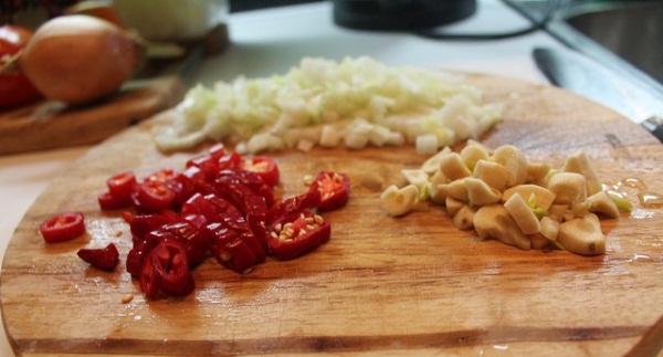 Суп Том Ям. Рецепт классический тайский, с кокосовым молоком и морепродуктами, рисом, креветками, пастой. Ингредиенты и как приготовить