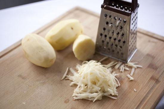 Классический рецепт драников из картошки с кабачками, фаршем, колбасой, курицей, луком, без яиц на сковороде