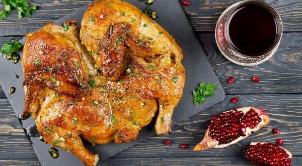 Как приготовить цыпленка табака. Рецепт на сковороде под прессом, классический грузинский, со сметаной, картофелем