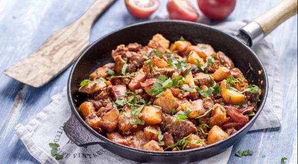 Как приготовить жаркое из свинины с картошкой и грибами, овощами, кабачком, капустой, сливками в мультиварке, духовке, на сковороде