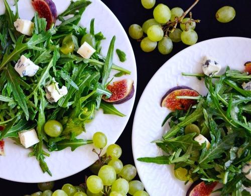 Салат с рукколой. Как готовить, рецепты с креветками, помидорами, тунцом, Моцареллой, куриной грудкой, авокадо, грушей, кедровыми орешками