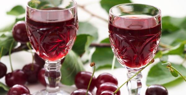Как сделать вишневую наливку с косточками, из черноплодки с листьями. Рецепты в домашних условиях