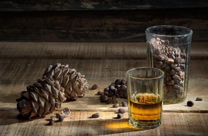 Настойка из кедровых орехов на водке. Рецепты применения, лечение миомы, кисты, суставов, эндометриоза, бронхита